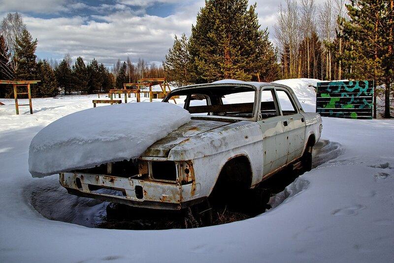 Корпус автомобиля Волга под слоем снега на тренировочном полигоне HDR