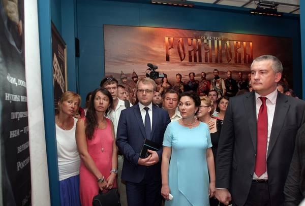 Сергей Аксенов (справа) на выставке «Романовы. Моя история»