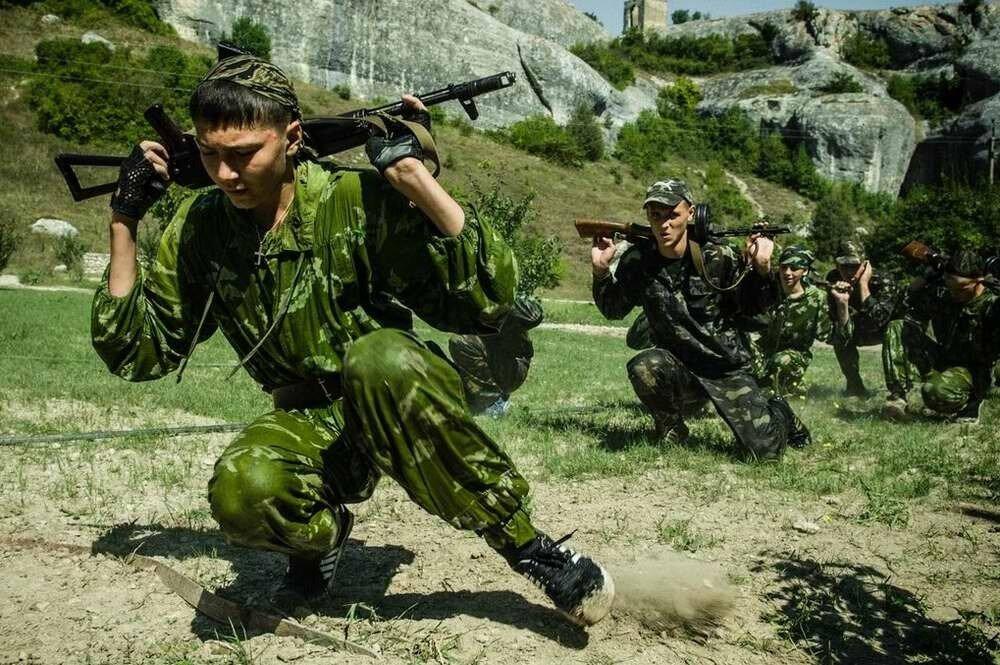 Международный военно-патриотический лагерь Крым Сич - тренировка юных курсантов в процессе марщш-броска