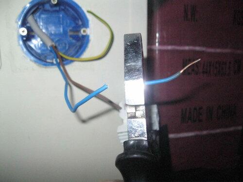 Фото 11. Уменьшение длины проводов выключателя. Удаляемые отрезки проводов включают в себя перегретые участки с оплавленной изоляцией.