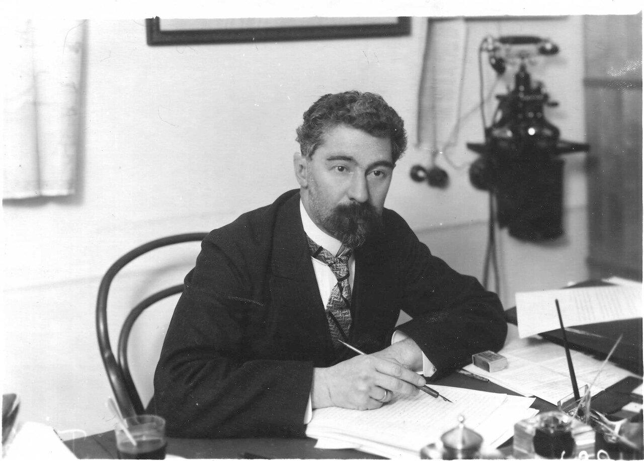 Профессор Педенко Алексей Карпович - заведующий кафедрой факультетской терапии за письменным столом