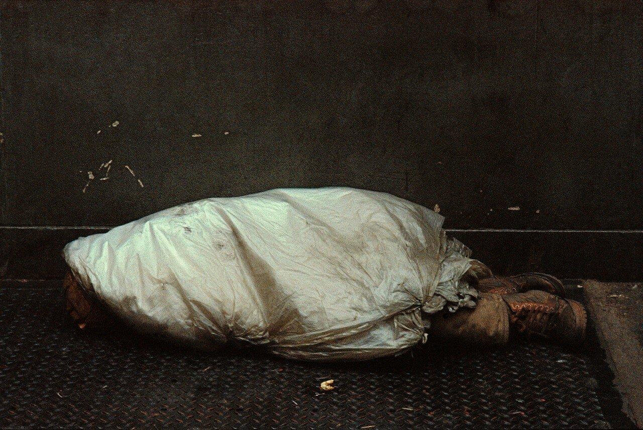 1984. Бездомный в полиэтилене