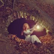 Девушка с фонариком