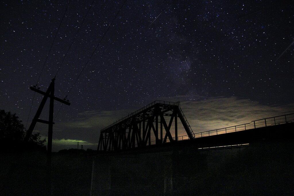 Железнодорожный мост в Кусе, Млечный путь, метеоры