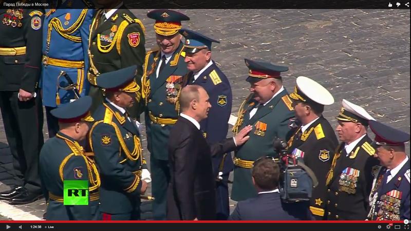 Путин гладит по животу генерала.png