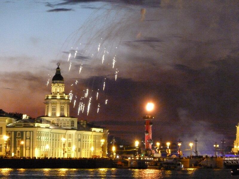 На Ростральных колоннах зажгли огни!