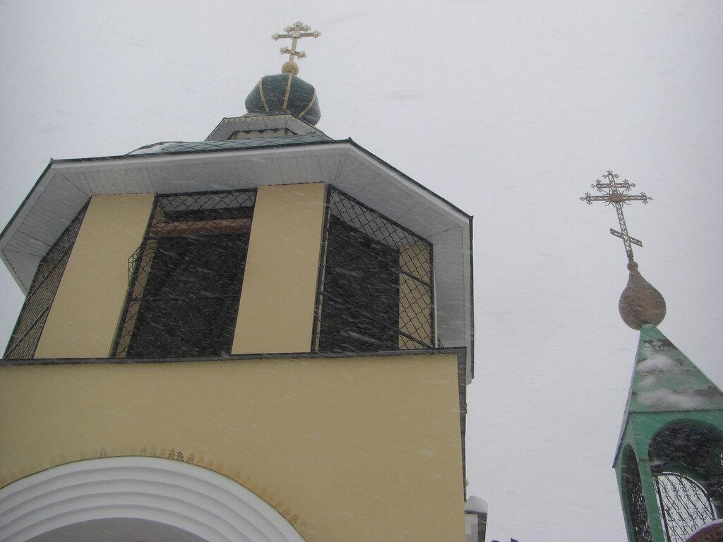 А рядом - каменная колокольня (26.04.2014)