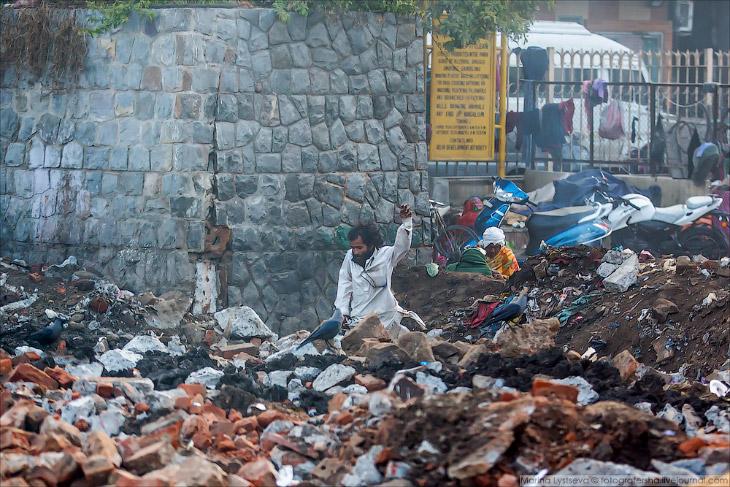 2. В 8 утра выдвинулись на юг из Дели в сторону Агры. На окраине строят храм и можно увидеть частичн