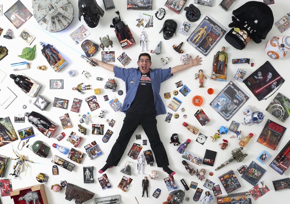 1. Джеймс Бернс, 44 года, позирует с частью своей коллекции в Лондоне 2 декабря 2015 года. «Я познак