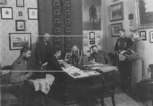 Полковник лейб-гвардии Павловского полка Дмитрий Николаевич Ломан в рабочем кабинете.