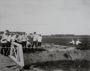 Группа офицеров на плацу в перерыве между маневрами.