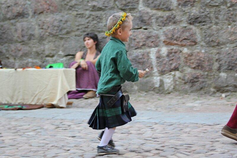 ребёнок в венке и шотландском килте - фестиваль «Майское дерево 2014»