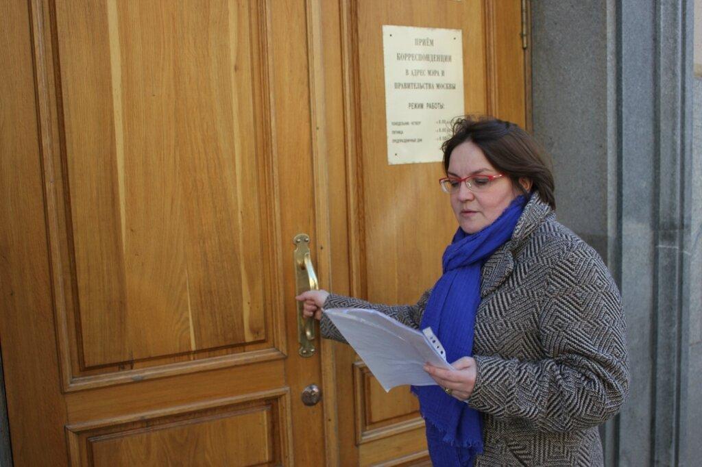 Юлия Галямина передала в мэрию подписи против незаконной стройки