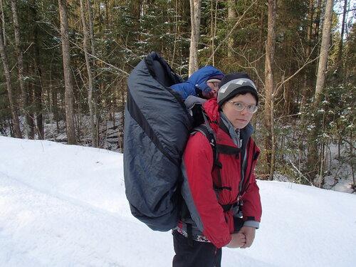 зимний пеший поход по лесу с ребенком в Deuter kid comfort 3