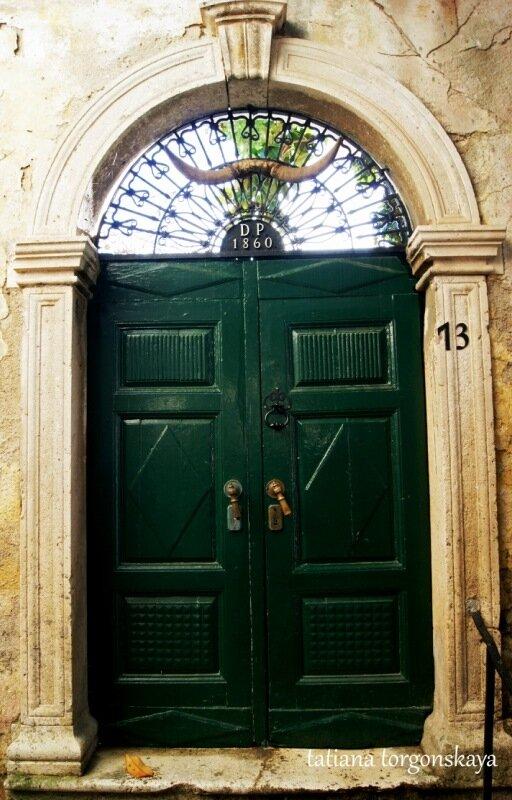Дверь одного из домов