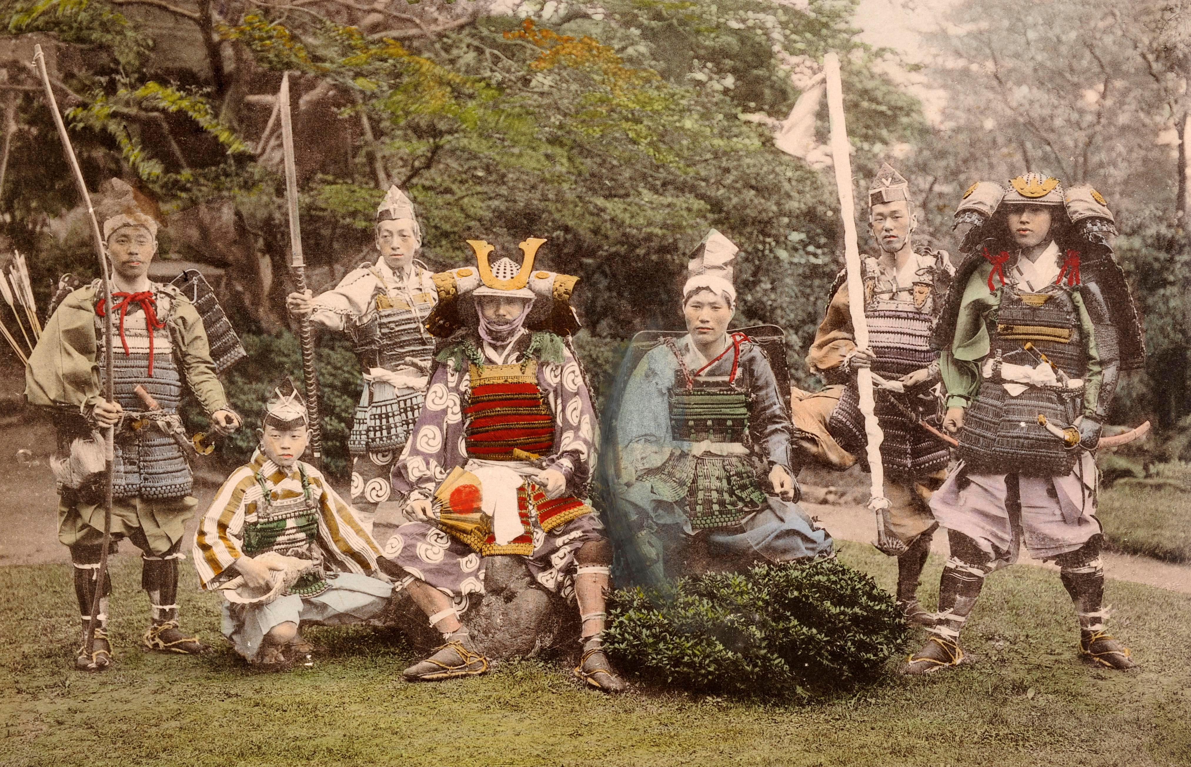 Группа самураев в старинных доспехах и с оружием, около 1870