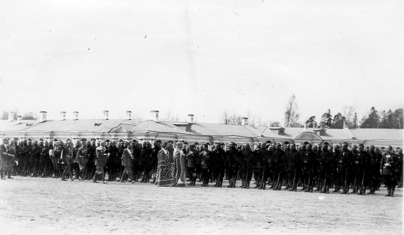 Священник обходит войска перед началом парада