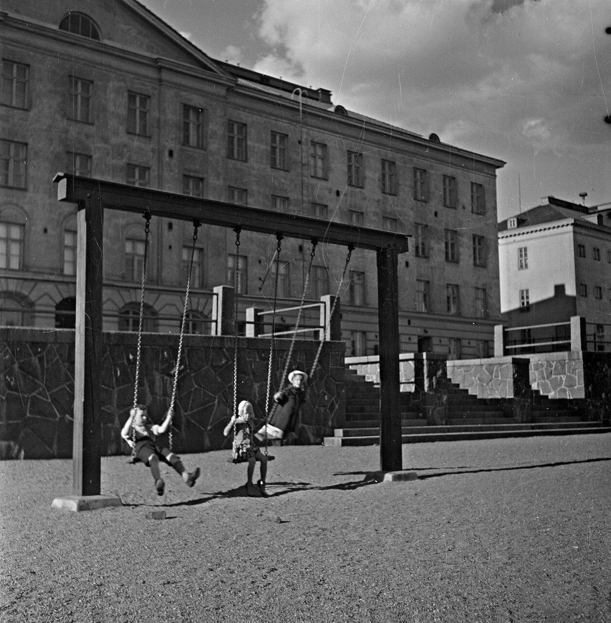 1941. 20 июня. Детская площадка во дворе дома.