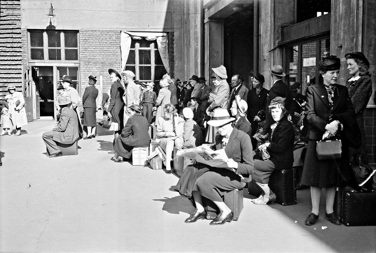 1941. 22 июня. Толпа в ожидании поезда