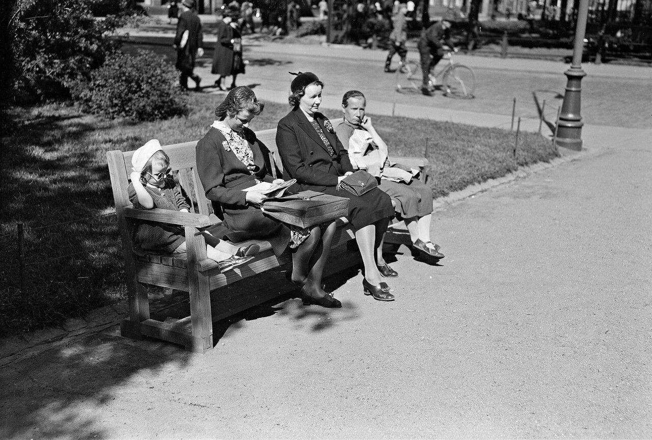 1941. 20 июня. Экспланада. Жители Хельсинки на бульваре в погожий день.