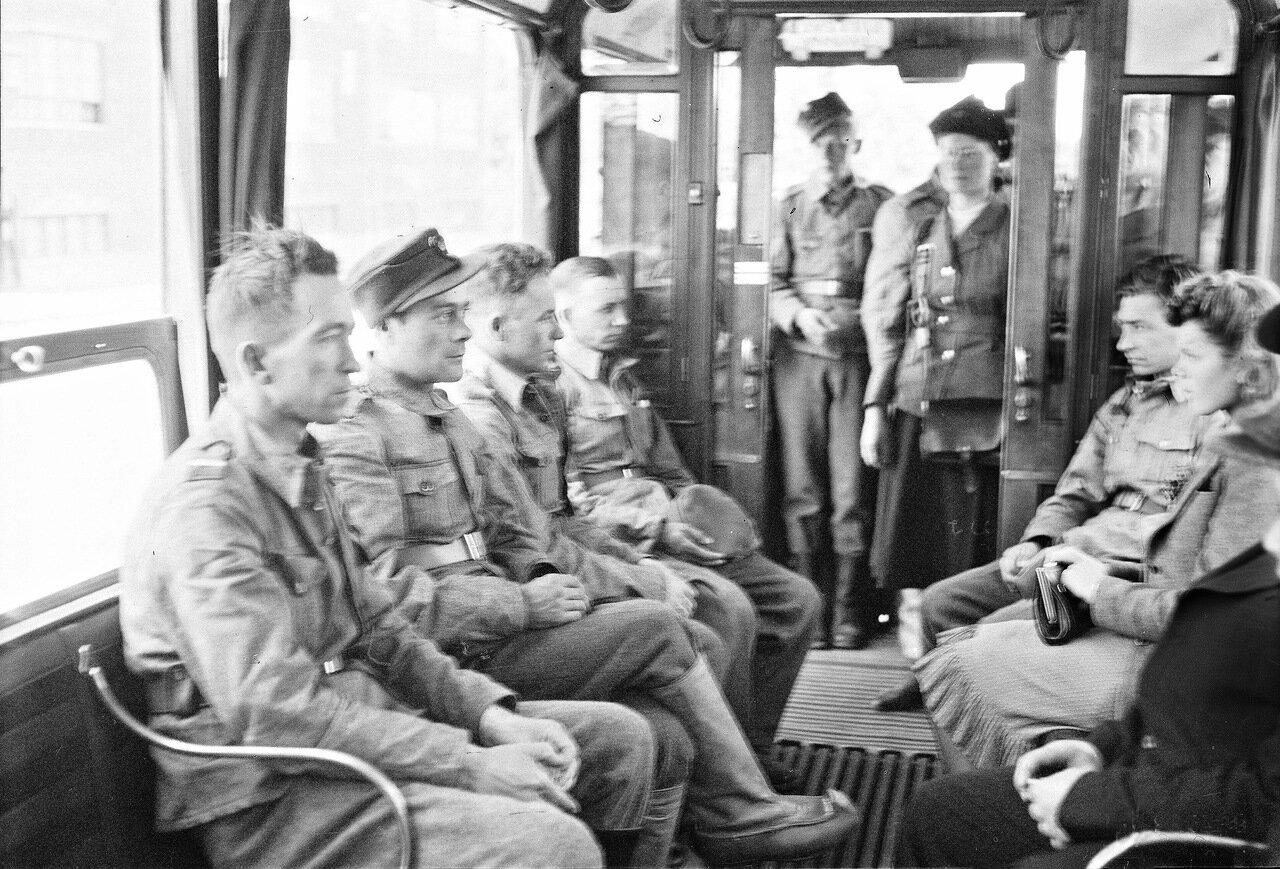 1941. 20 июня. Солдаты в трамвае