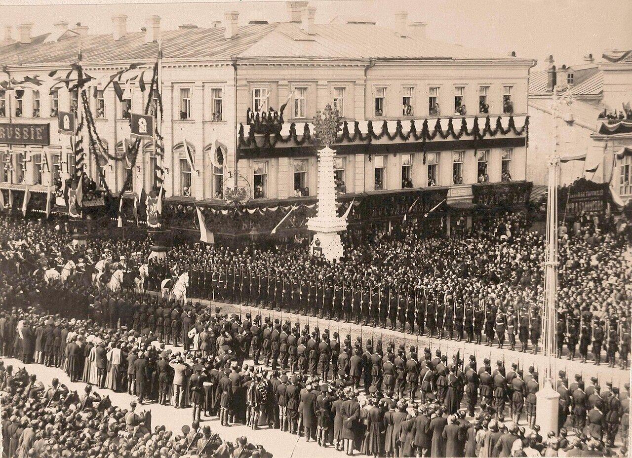 Император Николай II (впереди на белом коне) со свитой выезжает на  Страстную площадь в день торжественного въезда в Москву их императорских величеств