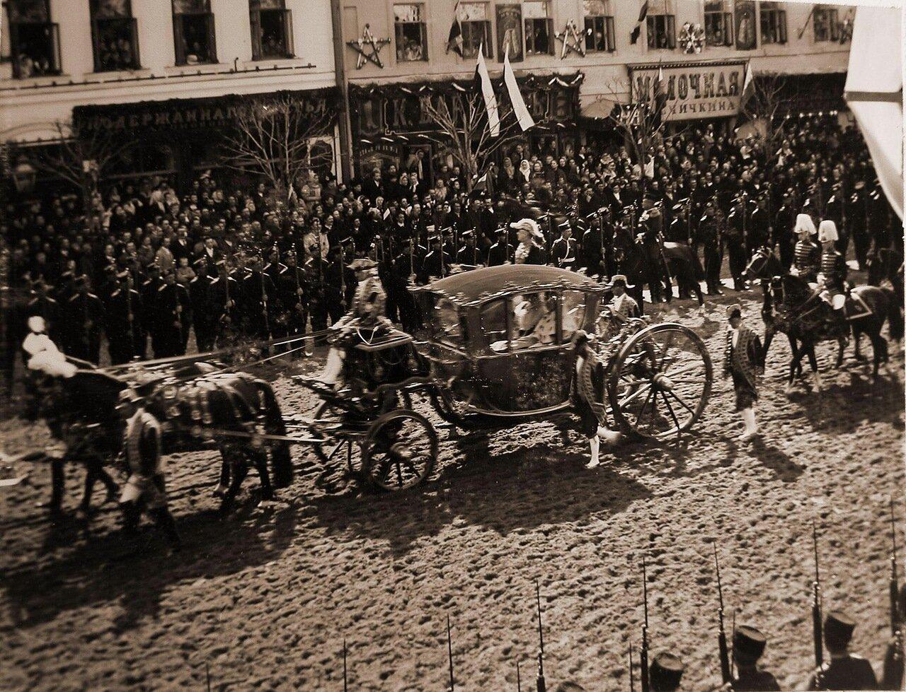 Карета с участниками церемонии коронации на Тверской улице в день торжественного въезда в Москву их императорских величеств