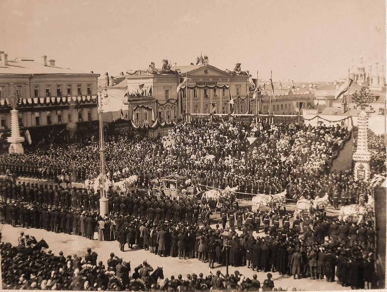 Коронационная карета  императрицы Александры Фёдоровны проезжает мимо трибун со зрителями на Страстной площади в день торжественного въезда их императорских величеств в Москву