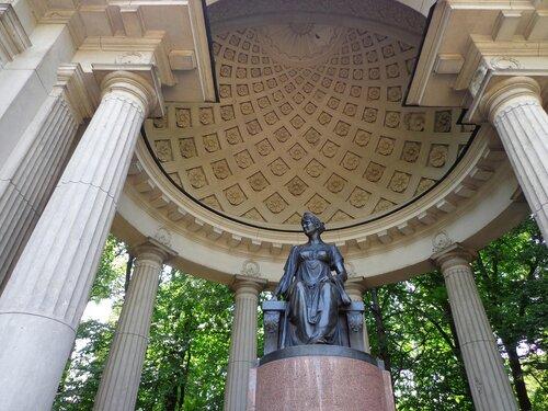 павильон Росси. памятник императрице Марии