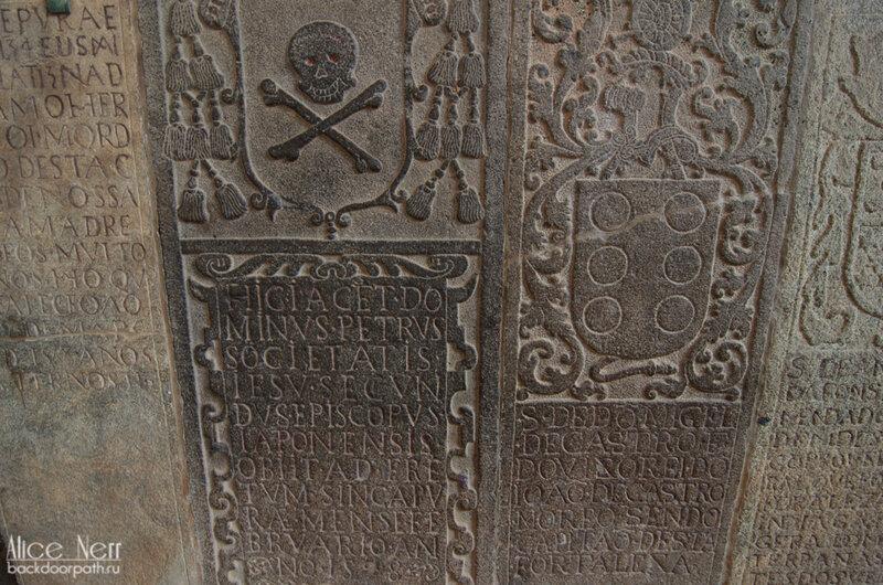 Надгробные плиты в руинах порта Сантьяго