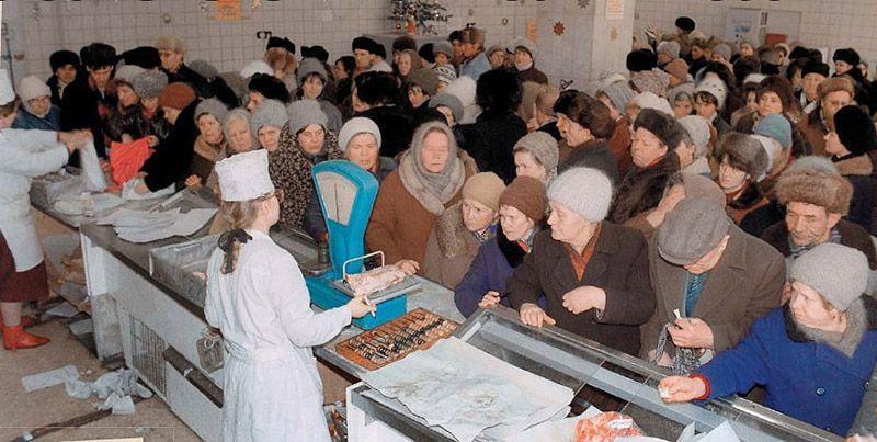 9. Готовиться к праздникам в СССР нужно было загодя. Во-первых, закупить продукты – то есть, «достат