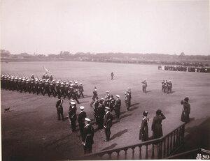 Морской сводный батальон, участвующий в параде войск во время освящения Морского собора, проходит церемониальным маршем перед императором Николаем II и сопровождающими его военными чинами.