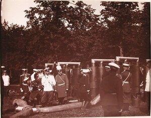 Император Николай II и сопровождающие его высшие офицерские чины за осмотром газовой батареи.
