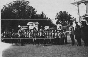 Император Николай II  и цесаревич Алексей обходят строй солдатских детей во время парада полка.