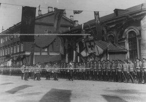 Великий князь Николай Николаевич обходит ряды полка в день празднования 100-летнего юбилея Кульмского боя.