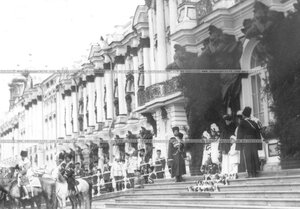 Члены императорской фамилии у подъезда Екатерининского дворца наблюдают за парадом.