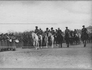 Император Николай II со свитой объезжает стпрой молодых солдат полка призыва 1912 года.