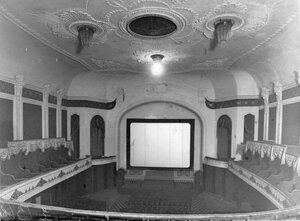Вид зрительного зала с ложами и экраном.