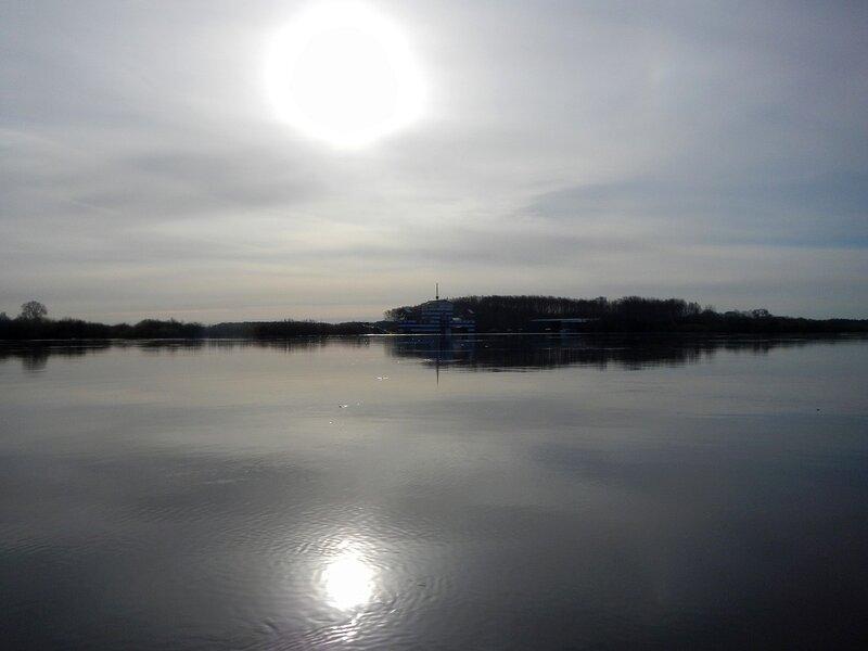 Солнце над Титаником отражается в воде разлившейся по весне Вятки