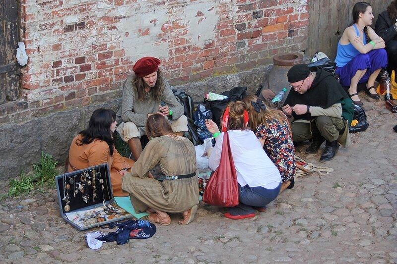 торговля цацками и фенечками на фестивале «Майское дерево 2014»