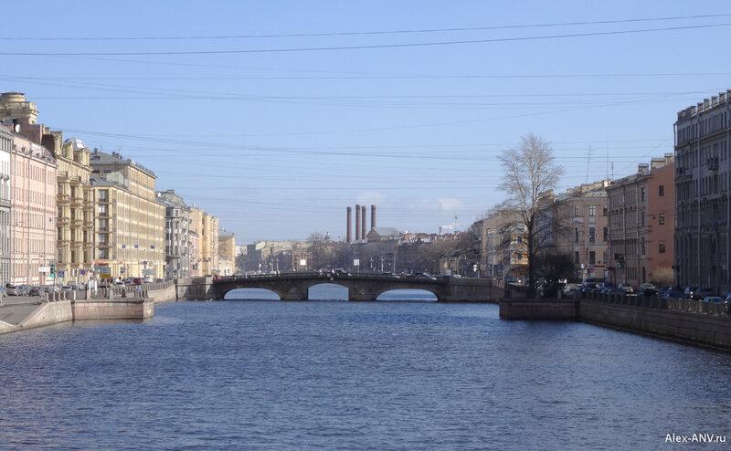 Опять Измайловский мост. За ним торчат 'ноги' 'Перевёрнутого слона'. Так называли трубы бывшей электростанции 'Бельгийского Анонимного Общества электрического освещения', ныне Центральная ТЭЦ.
