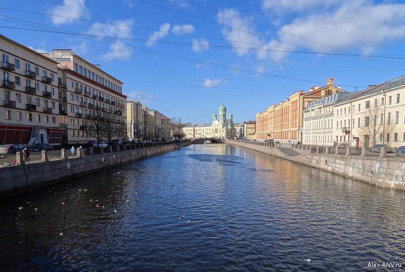 А это уже канал Грибоедова. Вдалеке видны Могилевский мост и купола Свято-Исидоровского храма.