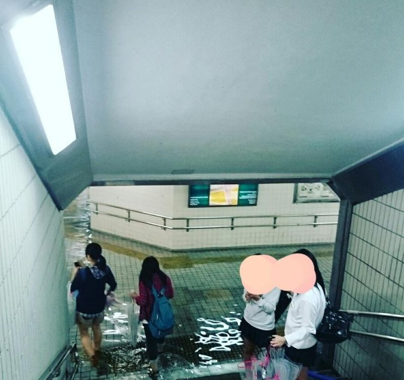 Японские улицы настолько чисты, что во время потопа метро превращается в плавательный бассейн