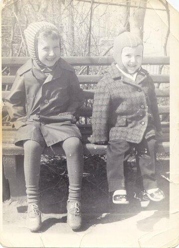 Я и братик. Мне -почти пять, Лёше -около двух.
