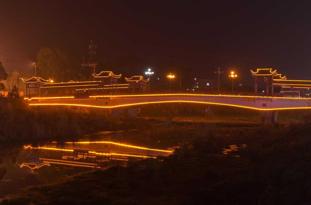 Фото 14. Ночью в деревне Wulingyuan включают красивую подсветку. Где поселиться во время экскурсии в горы Чжанцзяцзе? Если вы фотограф, то лучше - на территории заповедника, чтобы снять рассвет и закат. Если простой турист - можно в деревне Улинъюань