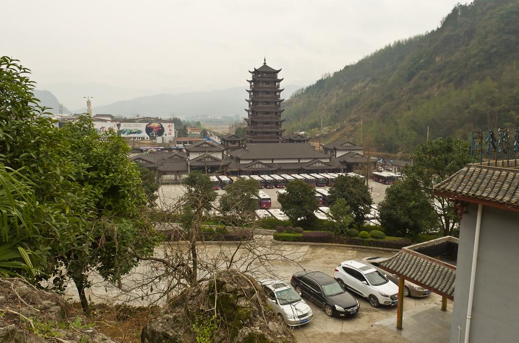 Фото 3. Так выглядит касса и конечная остановка бесплатных автобусов парка Чжанцзяцзе со стороны заповедника. Деревня Улинъюань