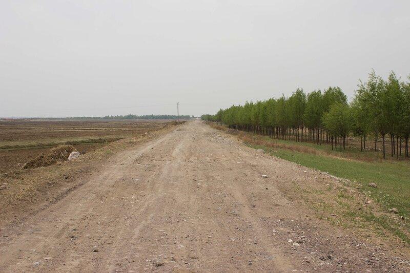 дорога по дамбе в долине Хэтао, Внутренняя Монголия
