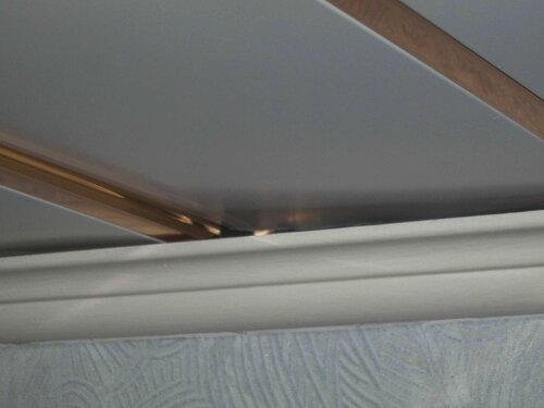 Фото 30. «Ступенька» на плоскости подвесного потолка. Крупный план.