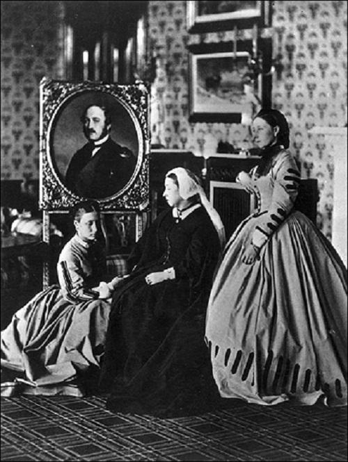 1863: Королева Виктория в balmoral с ее дочери, принцессы Алиса (жена герцога Людовика IV Гессен) и принцесса Луиза, герцогиня Аргайла, и портрет ее покойного мужа, принца Альберта.