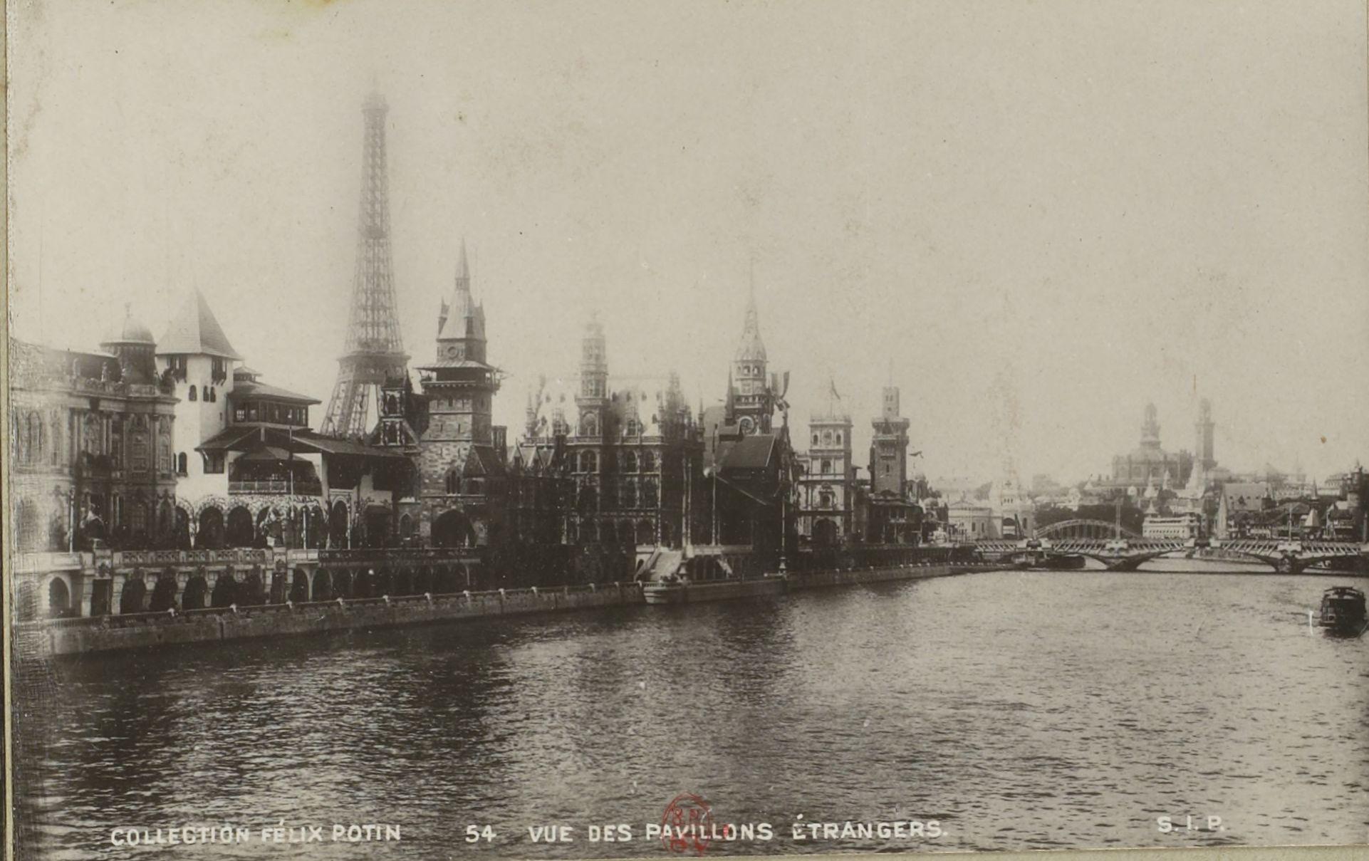 Вид на павильоны с Сены